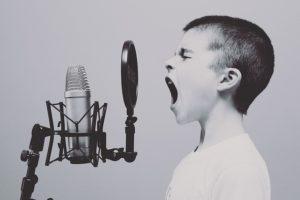 歌う男の子